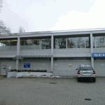 Praxisgebäude mit Parkplatz - links geht es zum Treppenhaus